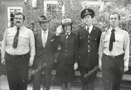 Tv Programme: The Fuzz. L-r: Mike Savage Michael Robbins Lynda Bellingham Colin Jeavons And Nigel Lambert. Box 634 813101513 A.jpg.