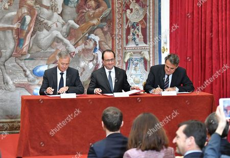 Safran CEO Philippe Petitcolin, French President Francois Hollande and Air France-KLM CEO Alexandre de Juniac