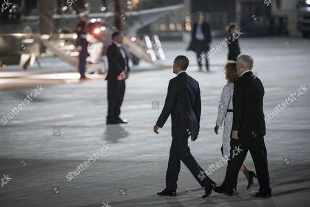 US President Barack Obama escorts US Ambassador to Japan Caroline Kennedy Schlossberg and her husband Edwin Schlossberg to board Marine One