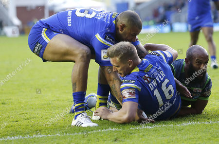Wolves BRAD DWYER GOES OVER FOR THE 3RD TRY...CELE  WITH Wolves RYAN BAILEY PULLING HIM UP  Pix Magi Haroun 27.05.2016 RUGBY SUPERLEAGUE ROUND 16 WARRINGTON WOLVES V LEEDS RHINOS