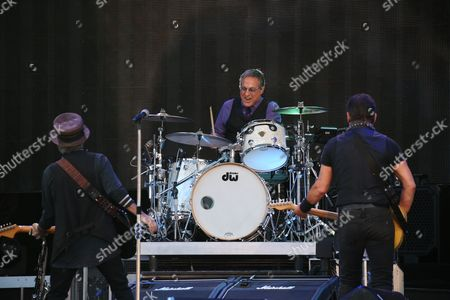 Bruce Springsteen and the E Street Band - Nils Lofgren and Bruce Springsteen watch Max Weinberg on drums
