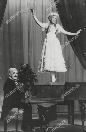 Tv Programme: Lost Empires. Pamela Stephenson As Girl Soprano 'lily Farris' Accompanied By Alfred Marks As 'otto Mergen'. Box 650 1004121549 A.jpg.