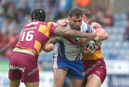 SCOTT ANDERSON IS CAUGHT BY Giants SAM RAPIRA AND Giants NATHAN MASON Pix Magi Haroun 12.06.2016 RUGBY SUPERLEAGUE  ROUND18 HUDDERSFIELD GIANTS V WAKEFIELD WILDCATS