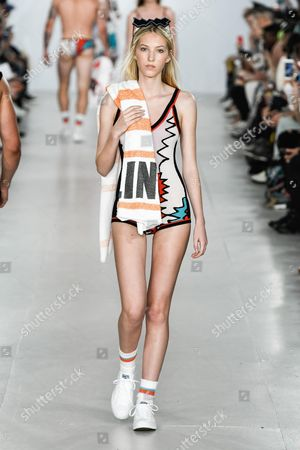 Ella Richards wearing an outfit from the men's ready to wear collections, spring summer 2017, original creation, during the Fashion Week in London, from the house of Sibling//Z-PIXEL-FORMULA_S_007/Credit:Sipa Press Pixelformula/SIPA/1606122237 Model on the catwalk