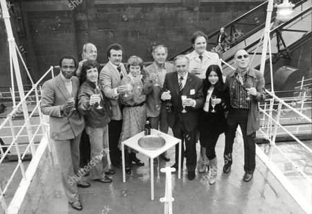 Tv Programme: Minder. Picture Shows L-r: Trevor Thomas George Layton Glyn Edwards Tony Selby Daphne Anderson Kenneth Cope George Cole David Jackson Shirleen Anwar And Alfred Burke. Box 654 1011121527 A.jpg.