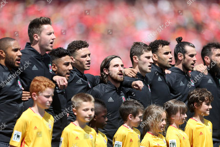 Ashley Williams, Wayne Hennessy, Neil Taylor, James Chester, Joe Allen, Ben Davies, Hal Robson-Kanu and Gareth Bale sing the anthem.