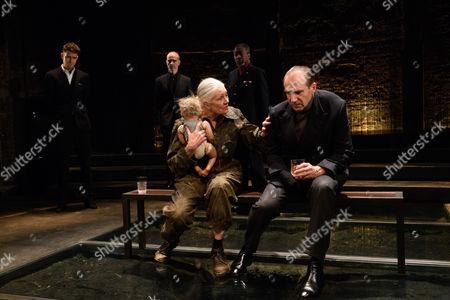 Vanessa Redgrave (Queen Margaret), Ralph Fiennes (Richard, Duke of Gloucester). Back: David Annen (King Edward IV), Finbar Lynch (Duke of Buckingham), Joseph Mydell (Lord Stanley)
