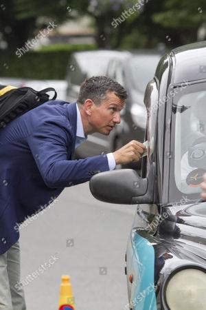 Richard Krajicek paying a taxi fare
