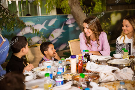 Queen Rania and Princess Iman bint Abdullah visited the Al Hussein Social Foundation for Orphans, breaking the fast in the company of orphaned children and their caretakers