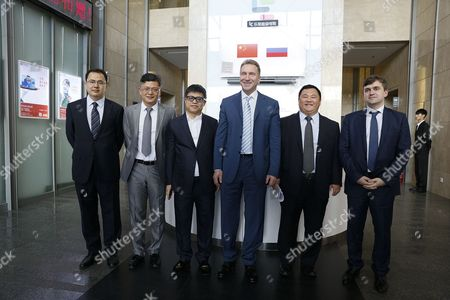 Igor Shuvalov (middle), Deputy Minister of the Ministry of Economic Development Stanislav Voskresenskiy (far right), Liu Hong, LeEco's co-founder and vice chairman (3rd from the left) and Xinquan, LeEco's Russian company president (2nd from right)