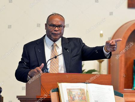 Mike Singletary shares a memory of his former coach Buddy Ryan during his eulogy eulogy at St. Lawrence Catholic Church, Friday, July 1, 2016 in Lawrenceburg Ky. Ryan passed away on June 28, 2016.
