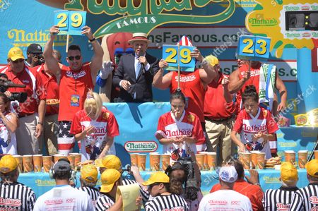 Women's defending champion Miki Sudo wins the women's contest by eating 38.5 hot dogs in 10 minutes. Sonya Thomas places second by eating 35 hot dogs.
