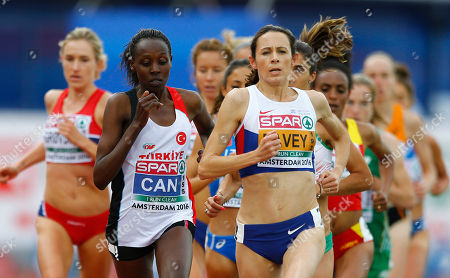 Turkey's Yasemin Can, left, and Britain's Jo Pavey compete in the women's 10,000m final.