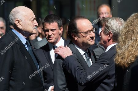 Francois Hollande kisses Bernard Kouchner