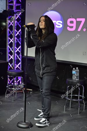 Kiiara Saulters performing