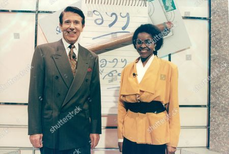 Television Programme: Stars In Their Eyes. Presenter Leslie Crowther With Contestant Jacky Webbe Who Starred As Diana Ross. Box 663 127011612 A.jpg.