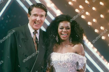 Television Programme: Stars In Their Eyes. Jacky Webbe Who Performs As Diana Ross With Presenter Leslie Crowther. Box 663 127011615 A.jpg.
