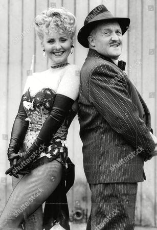 Stock Image of Pop Star Lulu And Actor Norman Rossington In Guys And Dolls At The Palace Theatre. Box 670 1001031646 A.jpg.