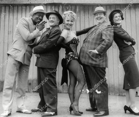 Editorial image of The Cast Of Guys And Dolls At The Palace Theatre. L-r: Clarke Peters Norman Rossington Lulu David Healy And Betsy Brantley. (for Full Caption See Version) Box 670 1001031647 A.jpg.