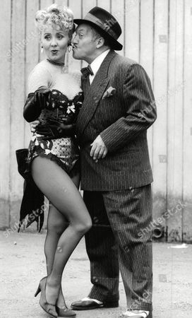 Stock Picture of Pop Star Lulu And Actor Norman Rossington In Guys And Dolls At The Palace Theatre. Box 670 1001031651 A.jpg.