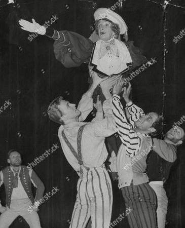 Actress Gladys Cooper During The Musical Play 'the Crystal Heart'. Box 671 908031616 A.jpg.