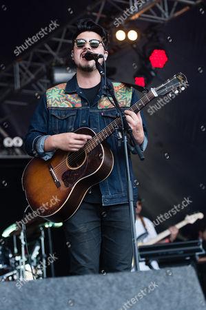 Jamie Woon performing