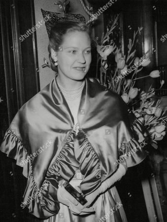 Stock Image of Hon. Mrs Graeme Parish At The Premiere Of The Film Cry Of The Beloved Country. (hon. Monica Taylor Daughter Of Alfred Jesse Taylor 1st Baron Grantchester. She Married Graeme Parish Son Of George Parish On 31 March 1951.) Box 675 429031648 A.jpg.