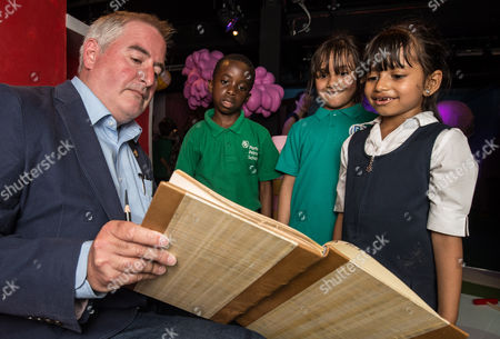 Chris Riddell (The Children's Laureate) with children in the 'Discover Children's Story Centre'