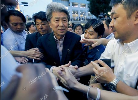 Journalist Shuntaro Torigoe, a candidate for Tokyo governor, shakes hands with supporters after delivering a speech during a campaign for the July 31 Tokyo gubernatorial election in Shinjuku shopping district in Tokyo