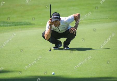 Camilo Villegas lines up a putt on the 18th green during the Travelers Golf Championship at TPC River Highlands in Cromwell, Connecticut