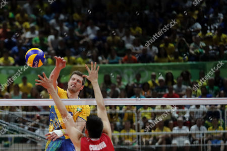 Brazils Brazil's Eder Carbonera (left) spikes the ball past Mexico's Samuel Cordova during a men's preliminary volleyball match at the 2016 Summer Olympics in Rio de Janeiro, Brazil, Sunday, Aug. 7, 2016. (Photo: Ramalho/AGIF)