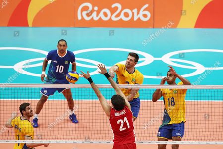 Brazil s Eder Carbonera (c) playes against Mexico s Jose Martinez following a men's preliminary volleyball match at the 2016 Summer Olympics in Rio de Janeiro, Brazil, Sunday, Aug. 7, 2016. (Photo: Ramalho/AGIF)