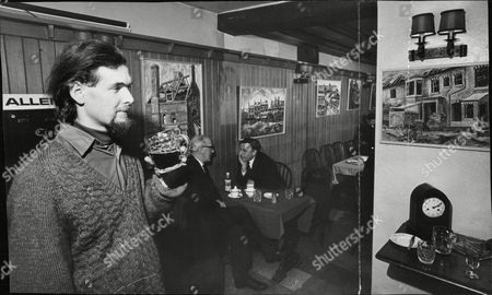 Salford Artist Frank Allen In The Old Wheatsheaf Public House At Deansgate Manchester Where He Sells His Paintings. Box 683 1004051638 A.jpg.