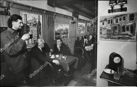 Salford Artist Frank Allen In The Old Wheatsheaf Public House At Deansgate Manchester Where He Sells His Paintings. Box 683 1004051639 A.jpg.