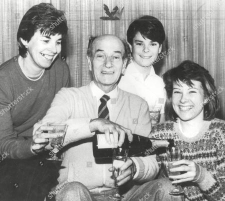 Toby Allen With His Wife Elaine Son James And Daughter Penny. Daily Mail Snooker Winners. Box 682 32804164 A.jpg.