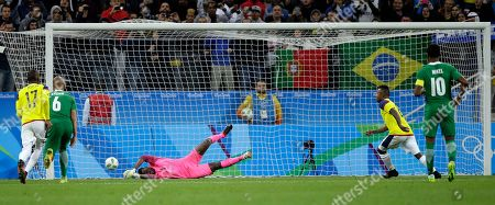 Nigeria goalkeeper Daniel Akpeyi fails to block a penalty kick by Colombia's Dorlan Pabon, second from right, during a group B match of the men's Olympic football tournament between Colombia and Nigeria in Sao Paulo, Brazil