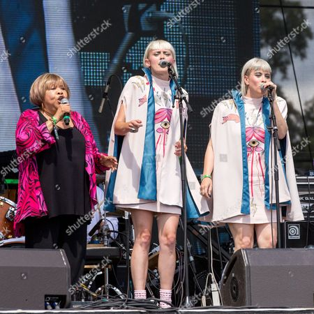 Mavis Staples with Lucius - Mavis Staples, Holly Laessig and Jess Wolfe