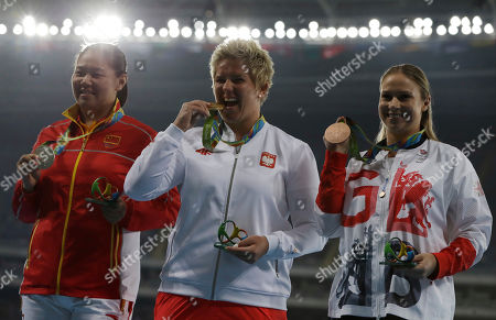 Gold medalist Poland's Anita Wlodarczyk, center, silver medalist China's Zhang Wenxiu, left, and bronze medalist Britain's Sophie Hitchon hold their medals after the ceremony for the women's hammer throw during the athletics competitions of the 2016 Summer Olympics at the Olympic stadium in Rio de Janeiro, Brazil