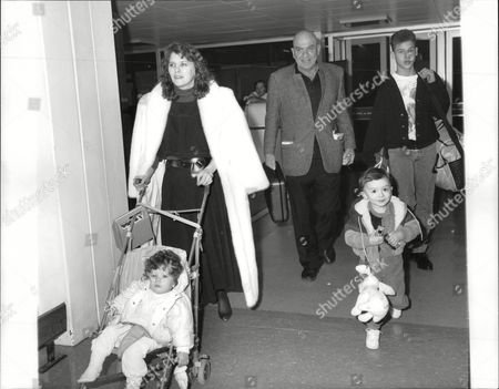 Actor Telly Savalas With Wife Julie And Children Nicholas (16) Christian (2) And Ariana (1). Box 690 1401061622 A.jpg.