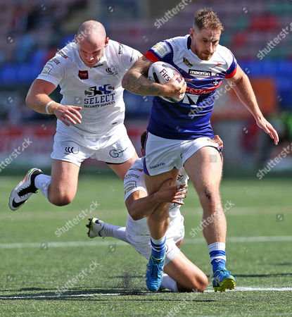 Cats JON MOLLOY TRIES TO ESCAPE THE CLUTCHES OF  Widnes JACK BUCHANAN AND Widnes HEP CAHILL Pix Magi Haroun 21.08.2016 RUGBY LEAGUE SUPER 8s ROUND 03 WIDNES VIKINGS V WAKEFIELD TRINITY WILDCATS