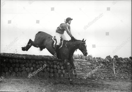 Sara Barrett Daily Mail Journalist Taking Part In A Novice Event In Team Chasing. Box 694 329061637 A.jpg.