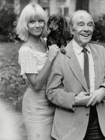 Actress Glynis Barber & Actor/comedian Max Wall With Fritz The Dog. Photocall For Television Programme: Jane (comic Strip). Box 698 613071681 A.jpg.