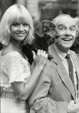 Actress Glynis Barber & Actor/comedian Max Wall With Fritz The Dog. Photocall For Television Programme: Jane (comic Strip). Box 698 71307169 A.jpg.