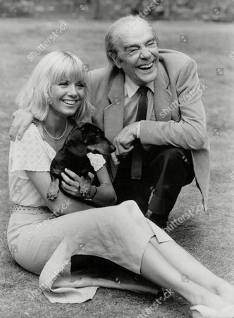 Actress Glynis Barber & Actor/comedian Max Wall With Fritz The Dog. Photocall For Television Programme: Jane (comic Strip). Box 698 713071611 A.jpg.