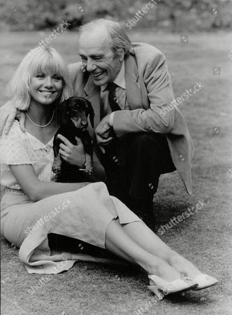 Actress Glynis Barber & Actor/comedian Max Wall With Fritz The Dog. Photocall For Television Programme: Jane (comic Strip). Box 698 71307168 A.jpg.