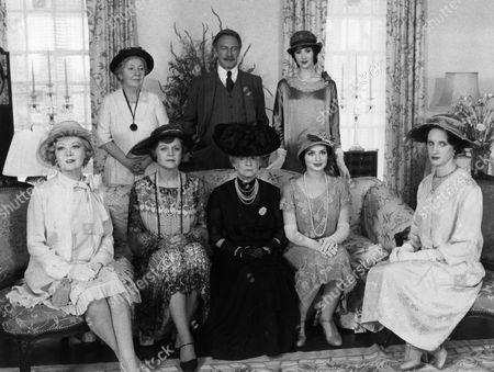 Glynis Johns, Maureen Stapleton, Angela Lansbury, Christopher Plummer, Bette Davis, Rosalyn Landor, Lucy Gutteridge, Leueen Willoughby