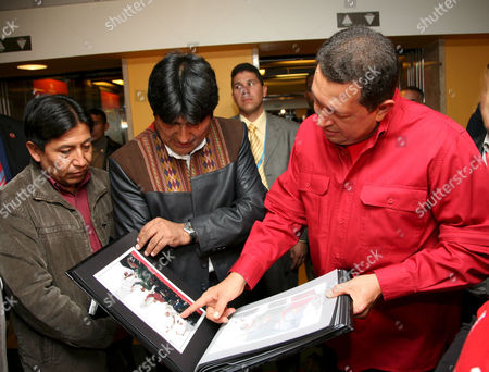 Bolivan President Juan Evo Morales Ayma and Venezuelan President Hugo Chavez looking at photographs of his last meeting with Fidel Castro.