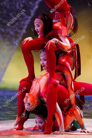 Cirque Du Soleil - Worlds Away (2012)