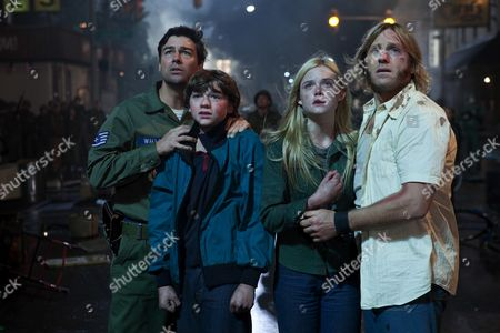 Kyle Chandler, Joel Courtney, Elle Fanning, Ron Eldard