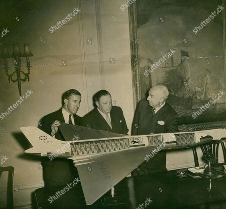 Editorial picture of Designer Stuart Duncan Davies Sir Roy Dobson And Sir Miles Thomas With Model Of New Avro Atlantic Delta Wing Airliner. Box 702 101081615 A.jpg.